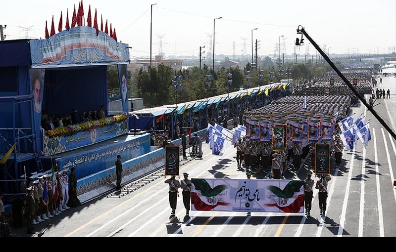 امام خمینی(رح) کے حرم مطہر کے ارد گرد میں مسلح افواج کی پریڈ، ہفتہ دفاع مقدس کے موقع پر/۲۰۱۶ء