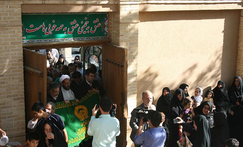 خمین میں امام خمینی(ره) کے تاریخی گھر پر امام رضا (ع) کا پرچم مطہر