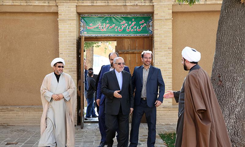 خمین میں ایران کے صنعت اور تجارت کے وزیر امام خمینی(ره) کے گھر کے دورے پر
