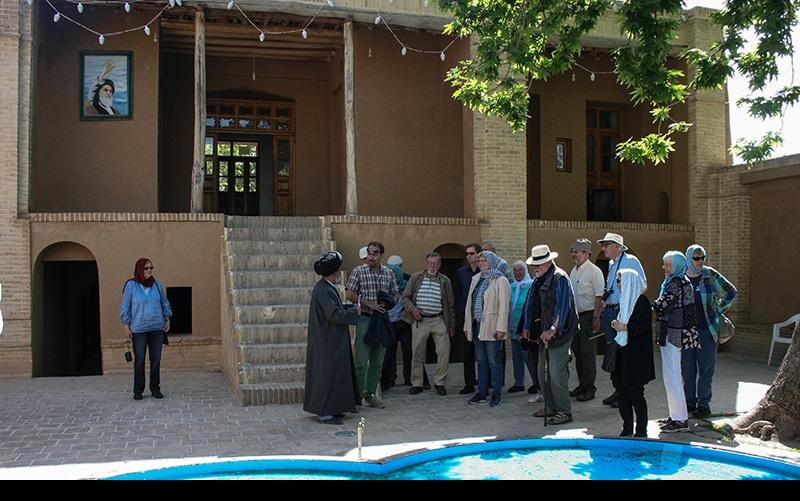 خمین میں جرمنی سیاحوں کا امام خمینی(رح) کے گھر اور جائے پیدائش کا دورہ