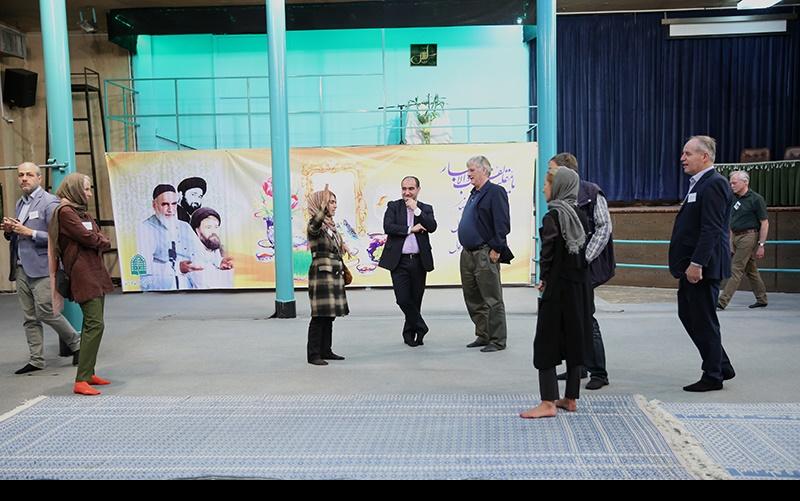 جرمنی سیاحوں کا جماران میں حسینیہ جماران اور امام خمینی[رح] کے گھر کا دورہ