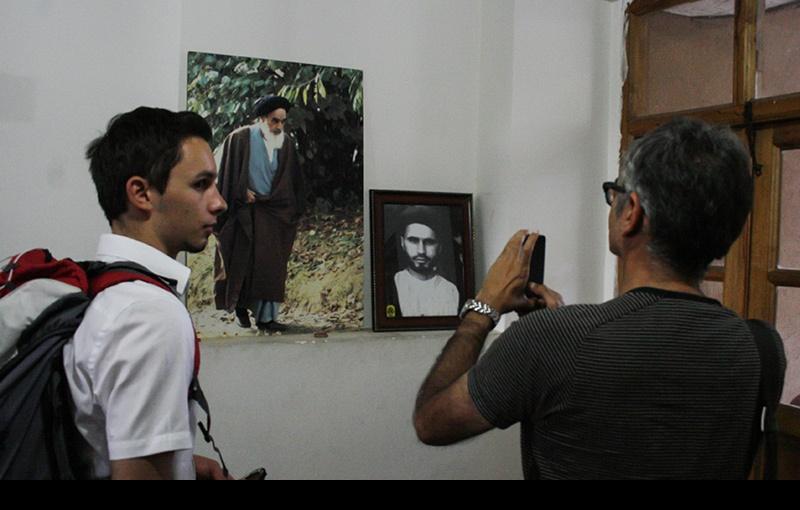 خمین میں غیر ملکی سیاحوں کے ایک گروپ، امام خمینی(رہ) کے تاریخی گھر کے دورے پر /۲۰۱۶