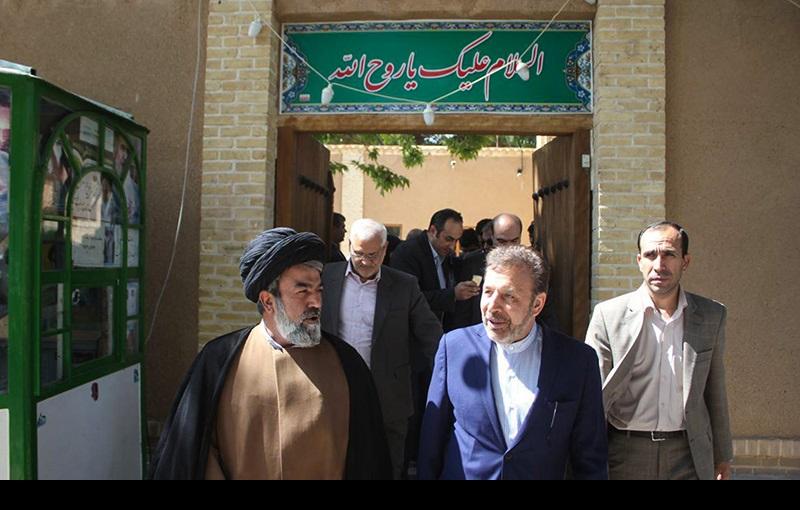 خمین میں امام خمینی(رہ) کی جائے پیدائش کے دورے پر ایران کے مواصلاتی وزیر