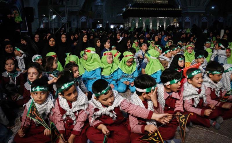 """حرم امام خمینی (رح) میں تین سال کی عمر کے بچے کی """" سہ سالہ ہای حسینی"""" تجمع میں حاضری اور عزاداری"""