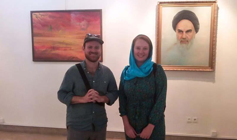 اصفہان؛ آسٹریلین سیاح جوڑے کی امام خمینی (رح) نگارستان میں حاضری