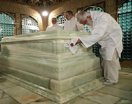 امام رضا (ع) کی قبر مبارک کی غبار روبی