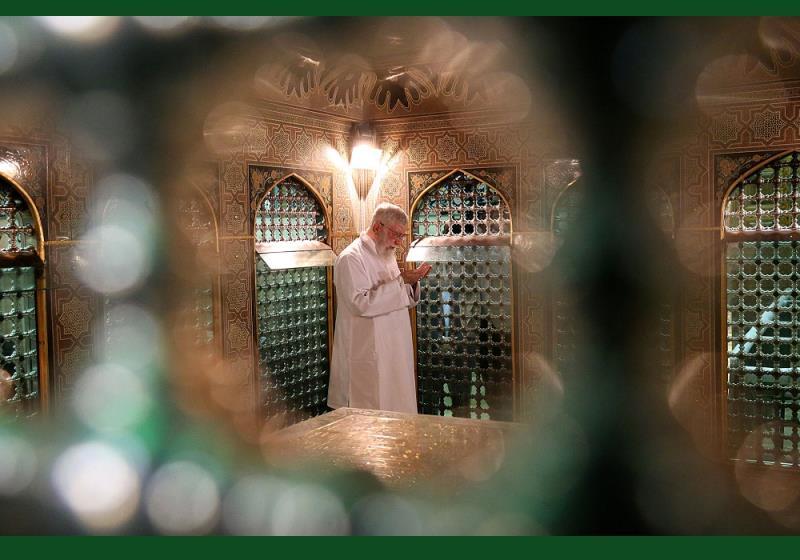 عشرہ کرامت کا اہتمام، آیت اللہ العظمی سید علی خامنہ ای نے روضہ مبارک امام رضا (ع) کی قبر مبارک کو غسل دیا /۲۰۱۷ء
