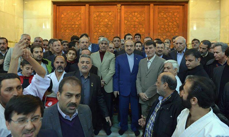 امام خمینی (ره) کے ساتھ کھیل اور یوتھ کے وزیر اور کھلاڑیوں کے ایک گروپ کی تجدید میثاق
