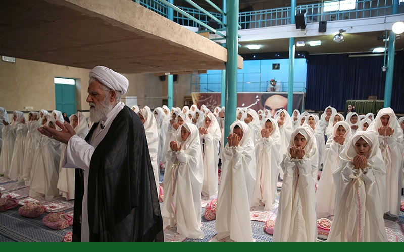 """حسینیہ جماران میں """"تہران سمیہ اسکول"""" کے طالبات کی جشن عبادت، جشن تکلیف کا انعقاد /۲۰۱۷ء"""