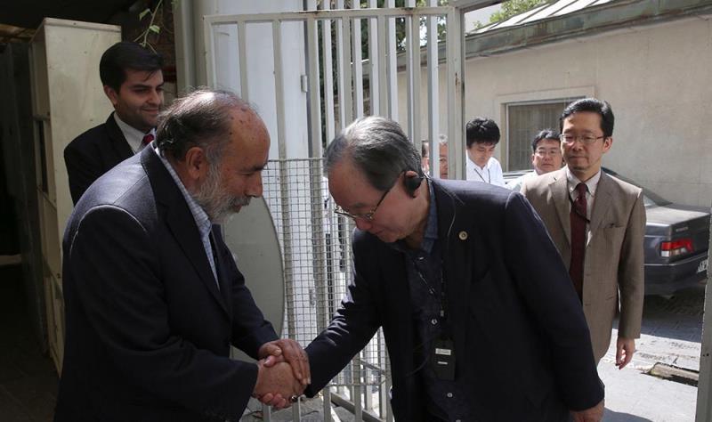 جماران میں امام خمینی(رح) کے گھر کا جاپان کے وزیر اعظم کےخصوصی نمائندہ  اور ہمراہان کا دورہ