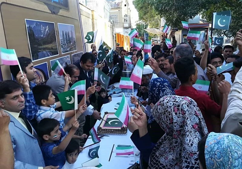 یوم آزادی پاکستان کے موقع پر ایرانیوں میں مٹھائی تقسیم