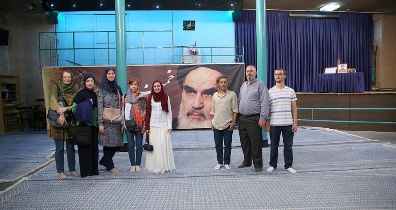 مقدونیہ اور بوسنیا کے کلچرل سیاحوں کا امام خمینی (رح) کے تاریخی گھر کا دورہ