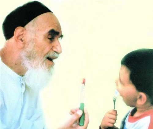 امام خمینی (رح) کے ساتھ ان کے پوتوں اور نواسوں کی شرارتیں