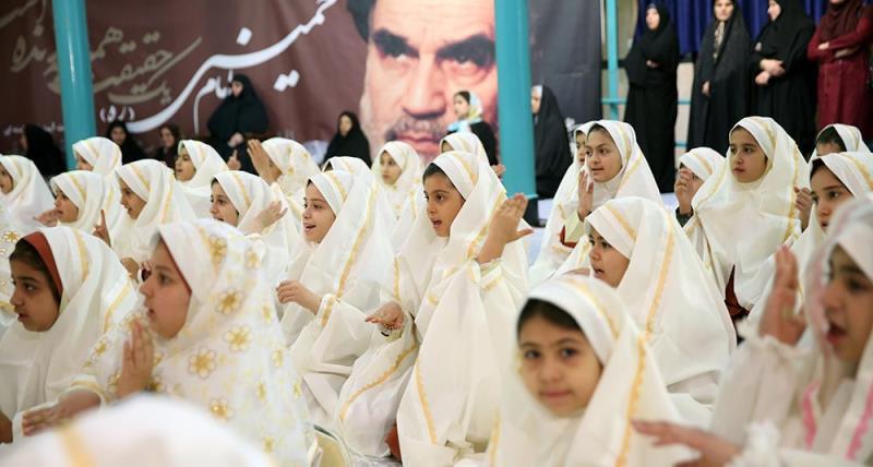 """حسینیہ جماران میں """"سمیہ پرائمری اسکول"""" کی کچھ طلباء کا جشن بلوغ"""
