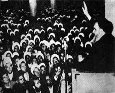 امام خمینی (رح) کی راہنمائی میں علماء کا شاہ کے ساتھ پہلا ٹکراو کون سے موضوع پر تھا؟