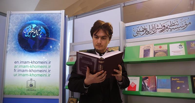 تہران کے بین الاقوامی کتابی میلے میں امام خمینی (رح) انسٹی ٹیوٹ کا بوتھ/2018
