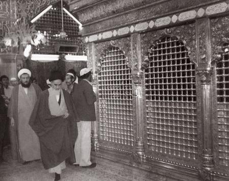 حرم سید الشھداء میں امام خمینی(رح) کا زیارت عاشورہ پڑھنے کا طریقہ