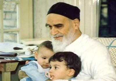 اولاد ماں باپ کے لئے ایک پھول کی طرح ہے:امام خمینی (رح)