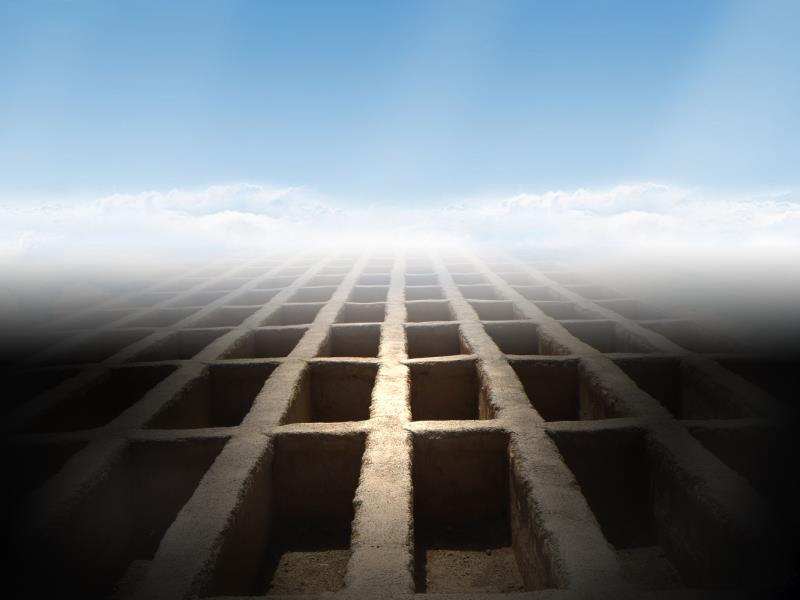اگر کسی بھی سبب کی بناء پر میت قبر سے خارج ہوگئی کیا  اسی مقام پر اس کو دفن کرنا واجب ہے؟