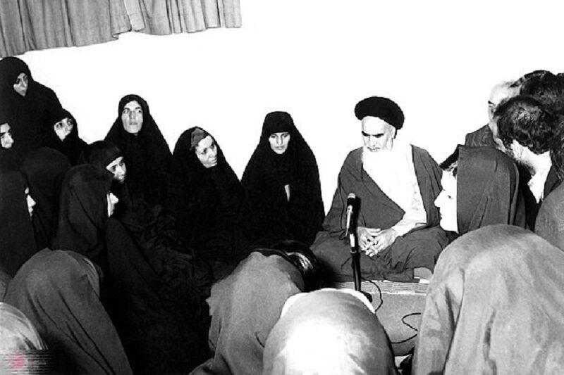 خواتین کا امام خمینی (رح) کے حضور اشعار پڑھنا