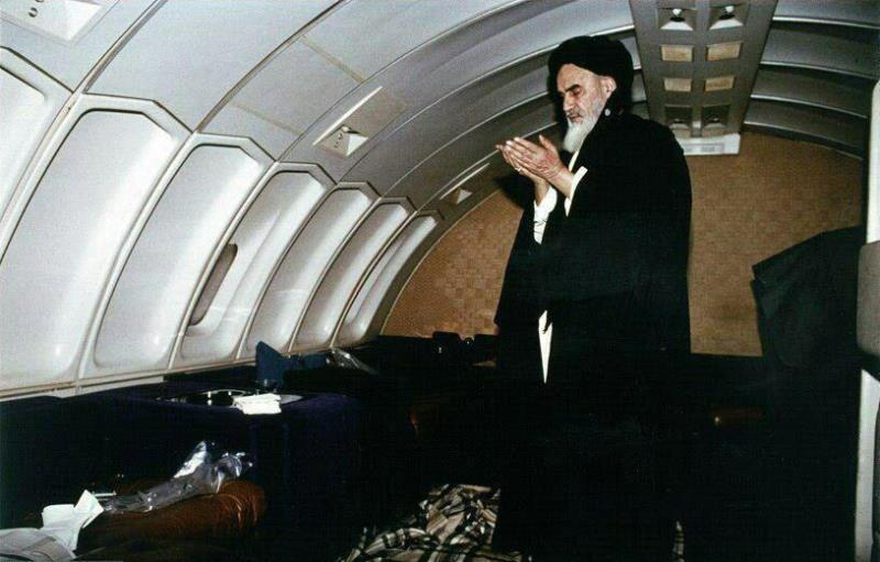 وطن واپسی پر ہوائی جہاز میں امام خمینی(رح) کی عبادت