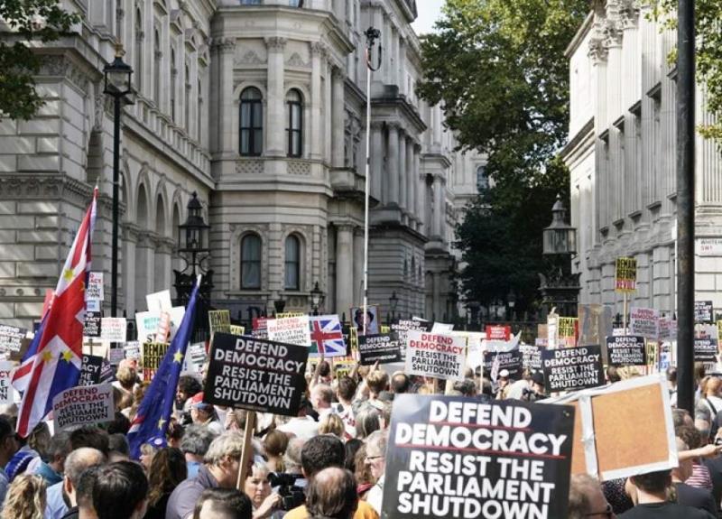 برطانیہ میں جمہوریت اور سلطنت آمنے سامنے
