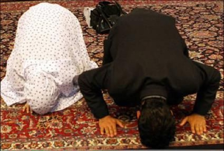 مرد اور عورت اگر نماز میں  برابر کھڑے ہوں  یاعورت آگے کھڑی ہو توکس کی نماز باطل ہے؟