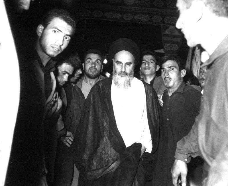 اسلامی انقلاب کی کامیابی میں امام خمینی (رح) کی کس نے مدد کی؟