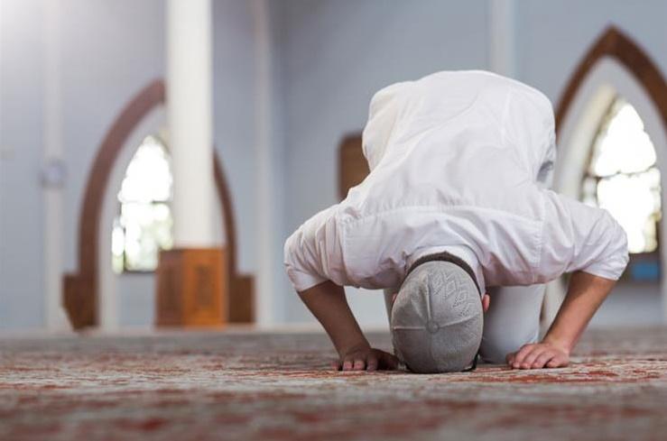 اگر نمازی ذکر اور حمد وسورہ( قرائت) کو بلند آواز سے کسی اور کو بتا نے کے لئے پڑھے، کیا اس کی نماز باطل ہے؟