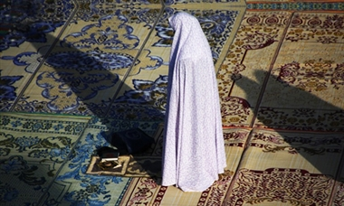 اگر کسی شخص کے پاس نماز کے دوران ایسی چیز موجود نہ ہو کہ جس چیز پر سجدہ کرنا صحیح ہے، کیا کرنا چاہیئے؟