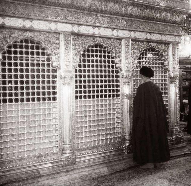 امام رضا علیہ کی چوکھٹ پر بوسہ