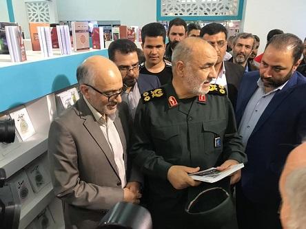 سپاہ پاسداران انقلاب اسلامی کے سربراہ حسین اسلامی نے تہران میں بتیسویں بین الاقوامی کتابی میلے میں موسسہ تنطیم و نشر و آثار امام خمینی کے بوت کا دورہ کیا