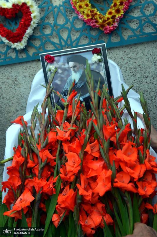 بہشت زہرا سلام اللہ علیھا میں امام خمینی(رح) کی کرسی پر پھولوں کی برسات