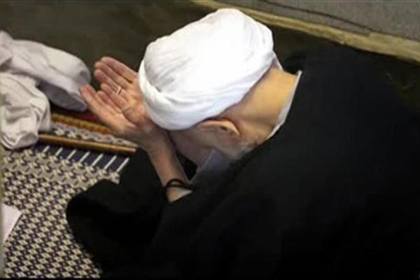 اگرقیام کی حالت میں  تین اورچار اورپانچ یاتین ،چار اورپانچ میں  شک ہو تو کیا اس کی نماز باطل ہے؟
