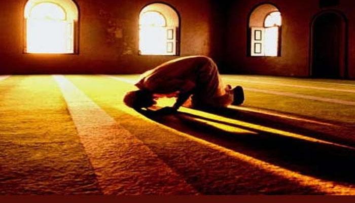 اگر چار رکعتی نماز میں، دونوں  سجدے کرچکنے کے بعد دواورتین میں  شک کرے، تو کیا کرنا چاہئے؟