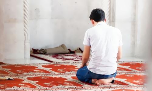 اگر چار رکعتی نماز میں، قیام کے دوران تین، چار اور پانچ میں  شک ہو تو کیا کرنا چاہیئے؟
