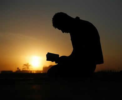 اگر کسی شخص کی پیشانی بے اختیار زمین سے اٹھ جائے ا و ر بار دیگر بے اختیار ز مین کی طرف لوٹ آئے تو کیا کرے؟