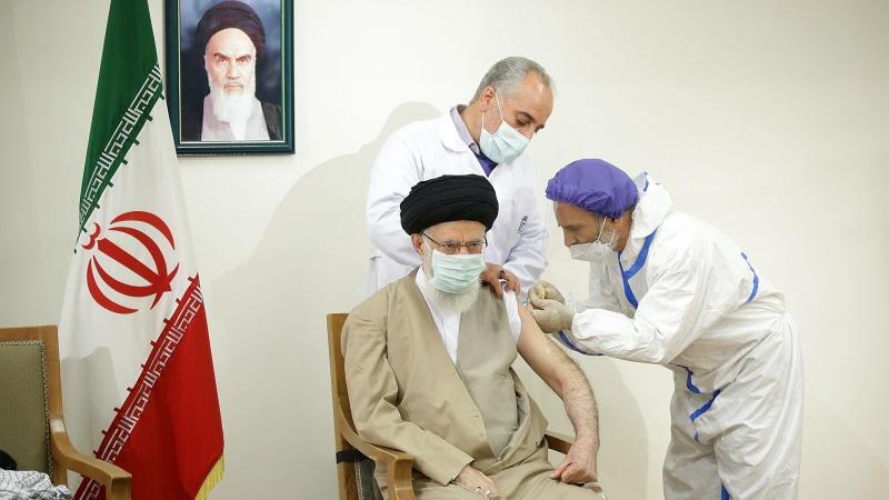 رہبر انقلاب اسلامی نے ایران کی تیار کردہ کورونا ویکسین کی پہلی ڈوز لے لی
