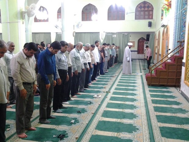 کیا امام کی قرات کے دوران میں ماموم پر واجب ہے کہ وہ سکون سے کھڑا ہو؟